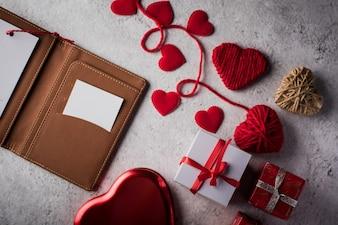 Вид сверху Пустая белая карточка на кошелек и сердечный подарок