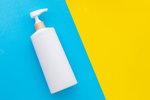 샴푸 또는 비누에 사용되는 상위 뷰 빈 흰색 플라스틱 펌프 병