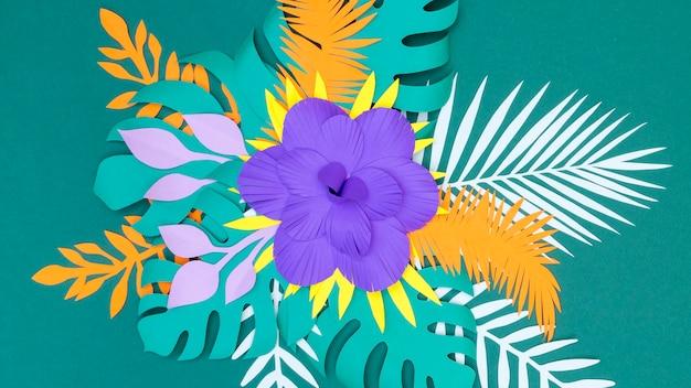 Вид сверху на бумажные листья и цветы
