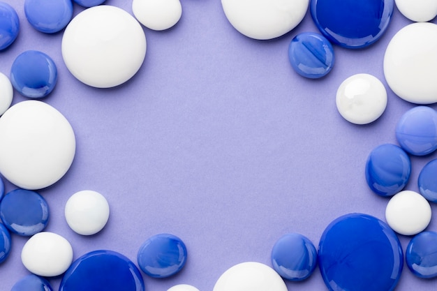 상위 뷰 파란색과 흰색 자갈 프레임