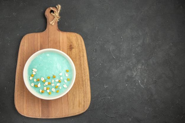 어두운 테이블 아이스크림 컬러 크림에 접시 안에 상위 뷰 블루 아이스 디저트