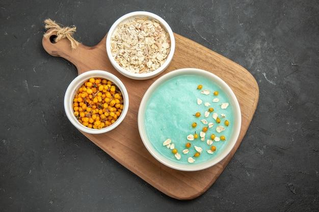 어두운 테이블 아이스크림 컬러 크림에 원시 muesli와 상위 뷰 블루 아이스 디저트