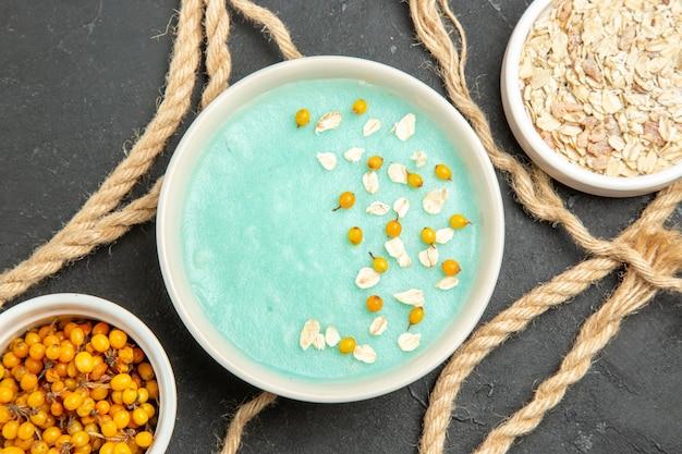 어두운 테이블 크림 아이스크림 색상에 로프와 상위 뷰 블루 아이스 디저트