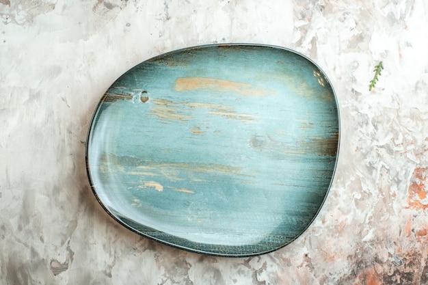 Vista dall'alto piatto blu su posate in vetro chiaro cibo foto a colori