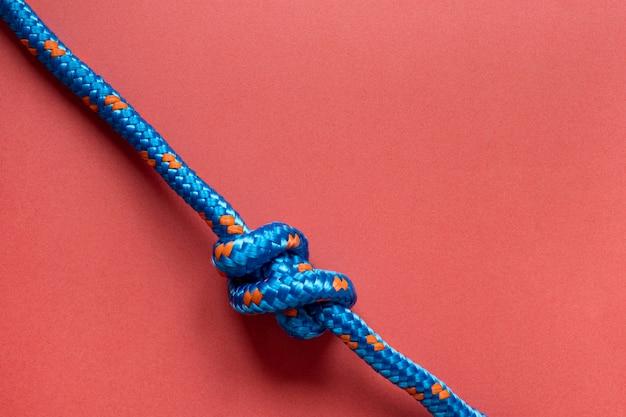 結び目コピースペース付きの上面図青いロープ