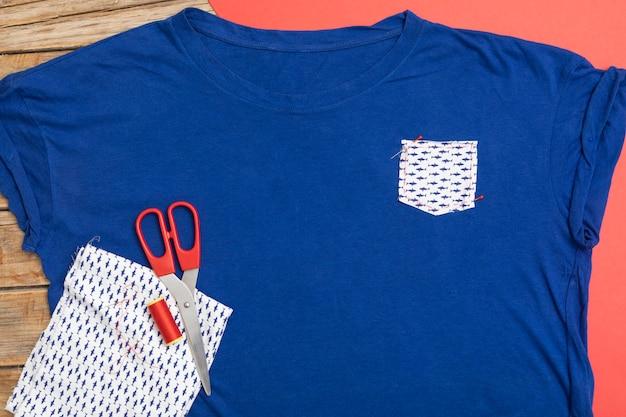 トップビューの青いシャツと生地