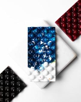 白いスタンドに白い斑点の上面図ブルーホワイトチョコレート