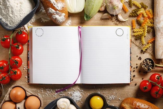 トップビューボードとキッチンテーブルにスパイスと野菜。料理教室のコンセプト。コピースペース付き