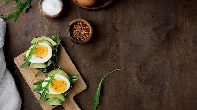 커팅 보드에 상위 뷰 삶은 계란