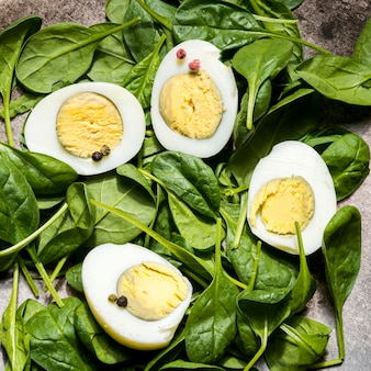Вид сверху вареные яйца и шпинат