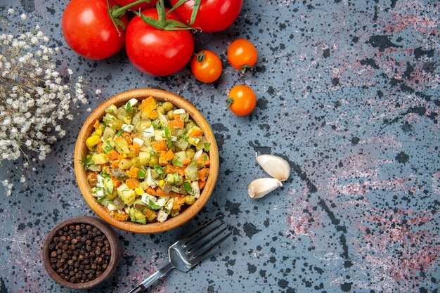 신선한 빨간 토마토, 식사 후추 색상 점심 샐러드 음식과 상위 뷰 삶은 야채 샐러드