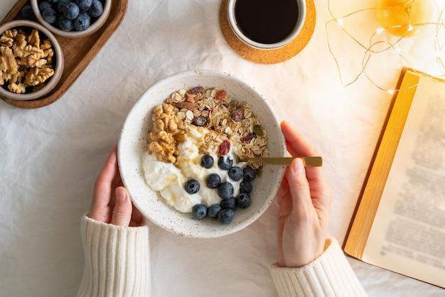Книга с видом сверху и завтрак для здорового образа жизни с мюсли мюсли и йогуртом