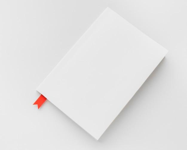 机の上の赤いブックマークと上面図本