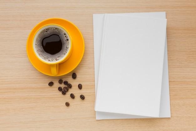 Вид сверху книги на столе с кофе