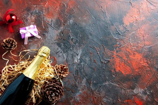 Vista dall'alto bottiglia di champagne sul colore scuro della foto dell'alcool