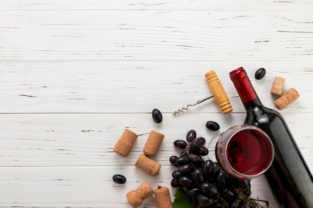 유리와 포도의 무리와 함께 와인 한 병