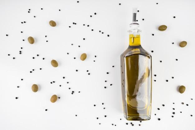 Vista dall'alto bottiglia di olio d'oliva biologico