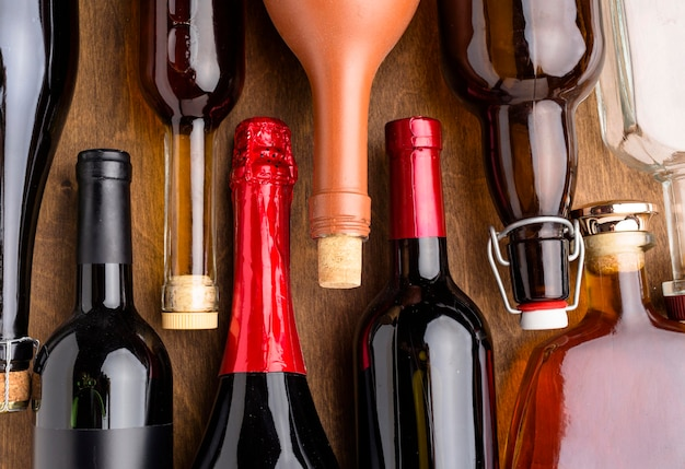 Vista dall'alto di bottiglie di assortimento di alcolici