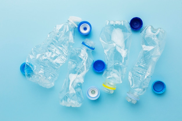 Bottiglie vista dall'alto e tappi rifiuti di plastica