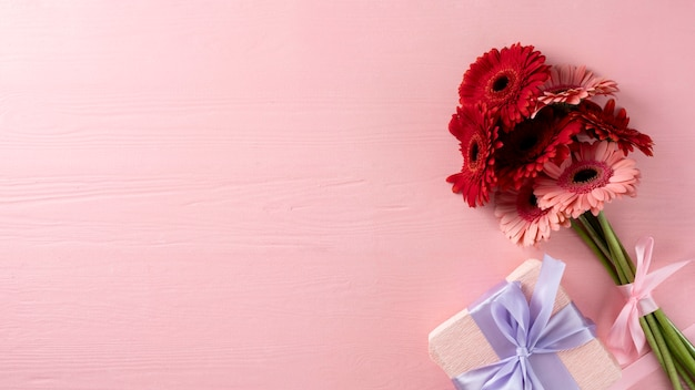 Vista dall'alto del mazzo di fiori con confezione regalo e spazio copia copy