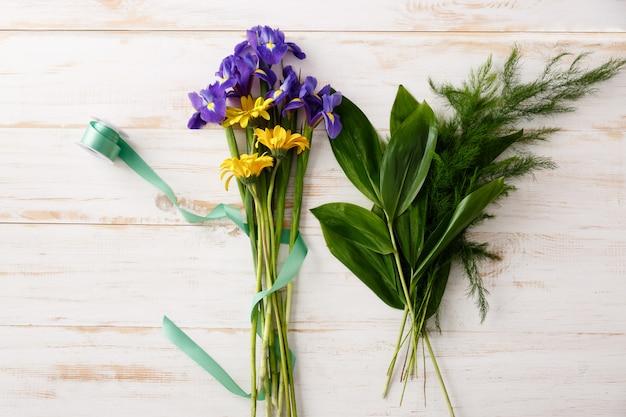 Вид сверху букет цветов на деревянный стол