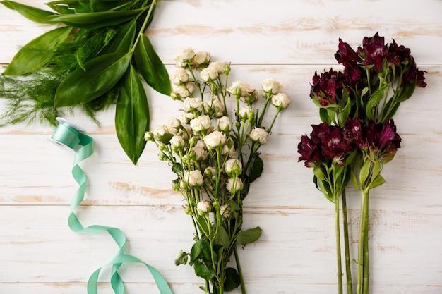 木製のテーブルの上から見た花の花束