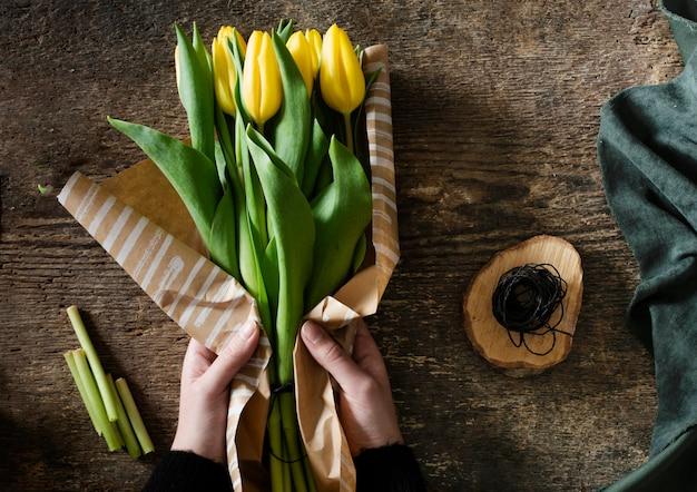 Вид сверху букет из желтых тюльпанов