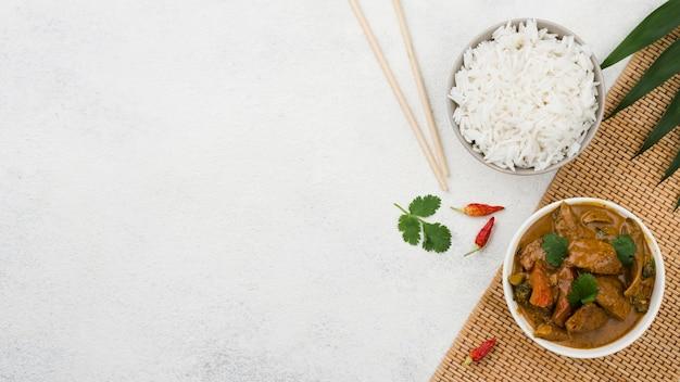 Вид сверху миску домашнего рагу и риса