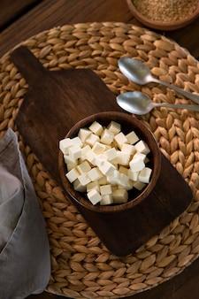 Миска с вкусным сыром, вид сверху