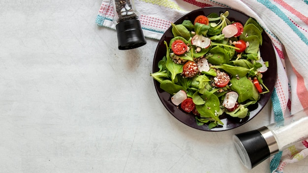 Вид сверху чаша с вкусным салатом и копией пространства
