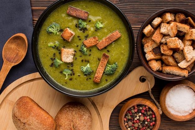 Vista dall'alto della ciotola con zuppa di broccoli invernali e crostini di pane