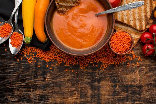 Vista dall'alto della ciotola con zuppa di zucca invernale e copia spazio