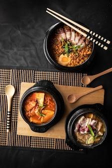 Vista dall'alto di ciotole di deliziosa zuppa di verdure su un tavolo di legno