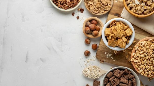 Vista dall'alto di ciotole con assortimento di cereali per la colazione e copia spazio