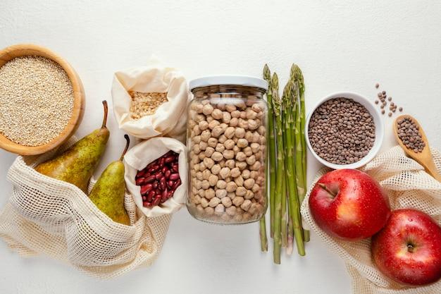 テーブルの上に豆とトップビューボウル