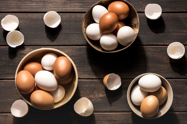 Вид сверху миски с куриными яйцами