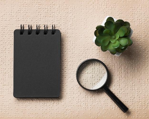 Libro e oggetti in braille con vista dall'alto