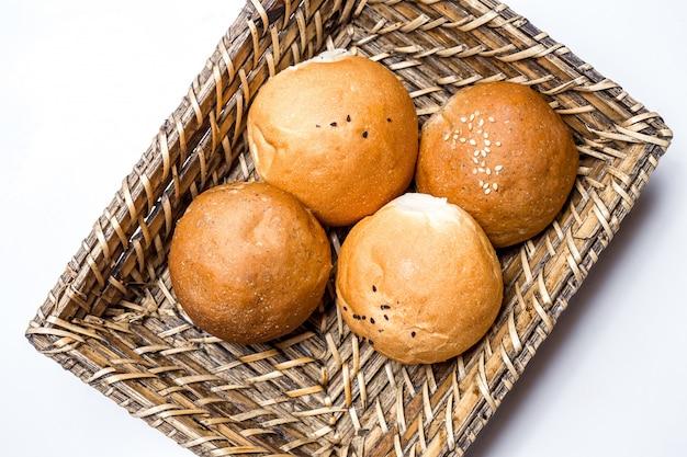 Вид сверху хлебные булочки в корзине