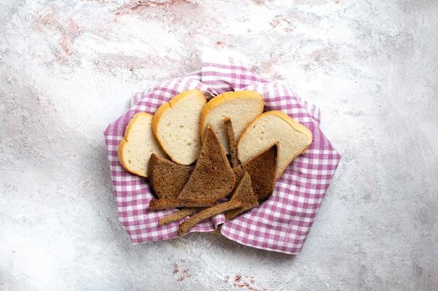 상위 뷰 빵 loafs 흰색 책상 빵 롤빵 식사 음식 반죽에 빵 조각을 슬라이스