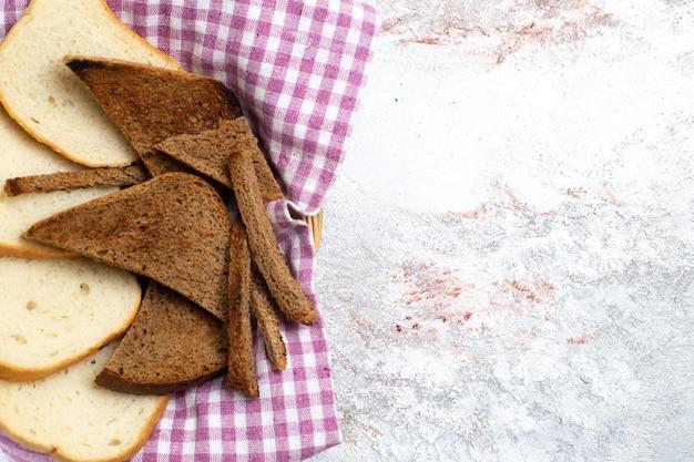 Vista dall'alto pagnotte di pane a fette di pezzi di pane su un backgorund bianco pane panino pasto pasta alimentare