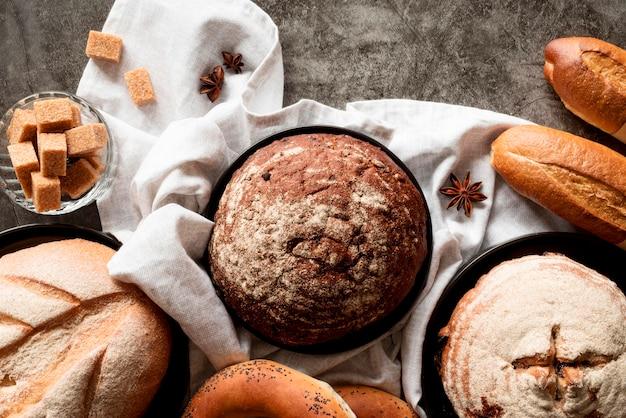 Вид сверху хлебная смесь с кубиками коричневого сахара