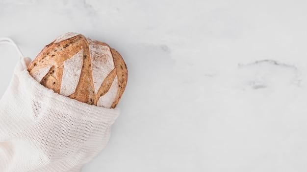 Вид сверху хлеб на мраморном столе
