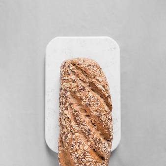 白いまな板の上から見るパン