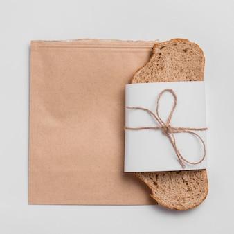 Вид сверху ломтик хлеба с упаковкой