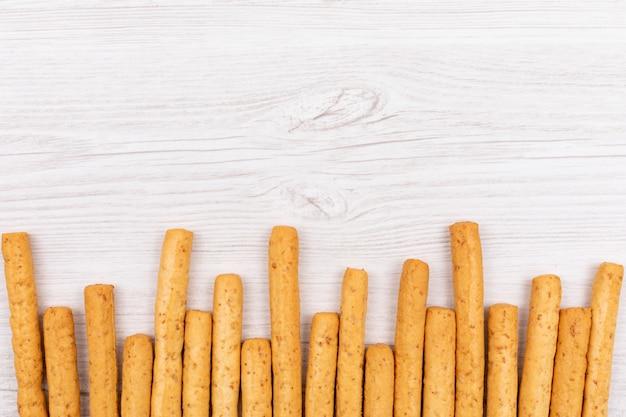 Вид сверху хлебные палочки с копией пространства на белом столе