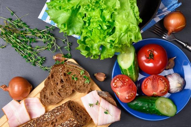 トップビュー:ベーコンとパン。材料。野菜