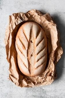 Вид сверху хлеб с декором на пергаментной бумаге