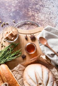 Вид сверху хлеб с медом и звездчатым анисом