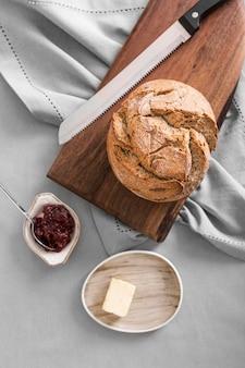 Вид сверху хлеб с джемом и маслом