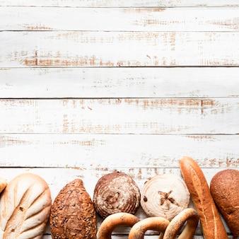 Ассортимент хлеба вид сверху с копией пространства